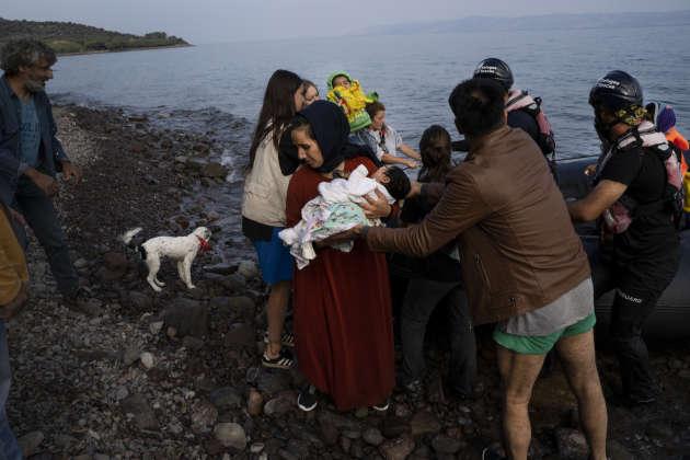 L'ONG Lighthouse Relief accueille un groupe de réfugiés qui vient d'être intercepté en mer par Frontex puis transféré à terre par l'ONG Refugee Rescue, entre Skala Sikamineas et Molivos, sur l'île de Lesbos, le 19 septembre.