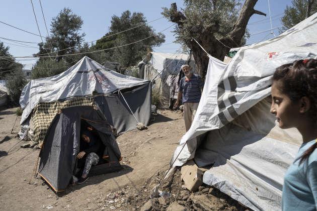 Le 19 septembre, dans la partie extérieure du camp de Moria appelée «Jungle», une famille syrienne de sept personnes, originaires de la ville de Deir Ez Zor. Ils sont arrivés à Moria il y a deux jours. La jeune femme dans la tente attend un enfant.