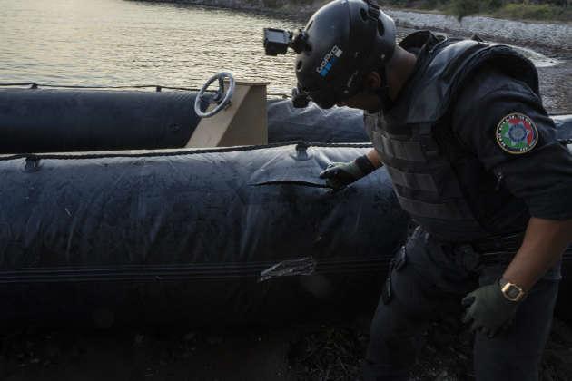 A Skala Sikamineas, les équipes de Frontex procèdent à la destruction sommaire d'un bateau clandestin.