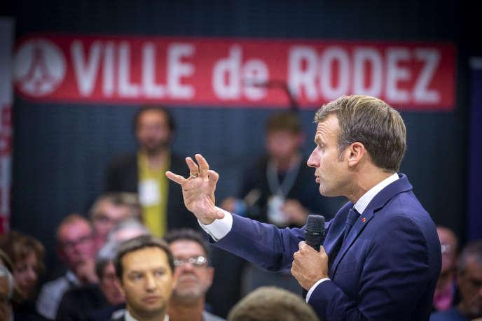 Emmanuel Macron participe à un débat sur le thème des retraites à Rodez, le 3 octobre.