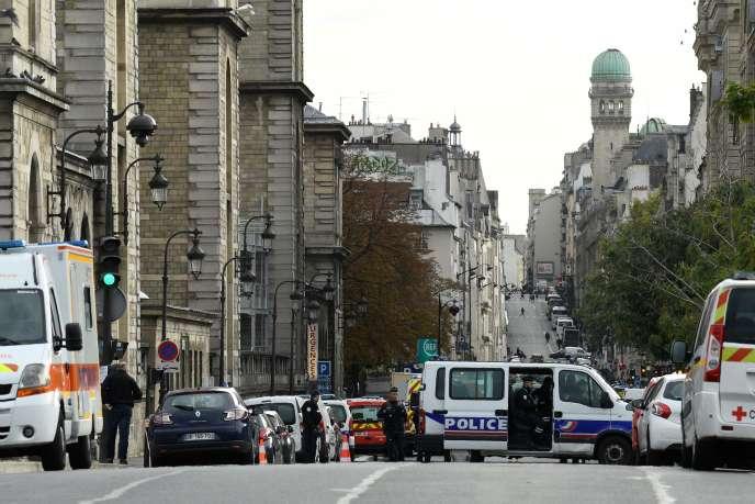 Des policiers surveillent la zone autour de la Préfecture de police de Paris, après l'attaque ayant fait 5 morts, le 3 octobre.