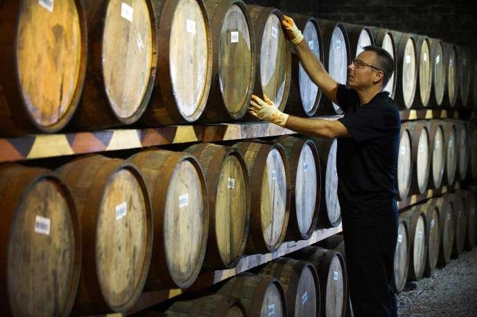 Des barils de whisky dans une distillerie de Glasgow en 2016.