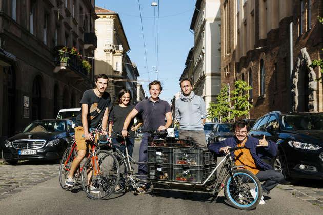 Paul-Henri François, Loéna Trouvé, Corentin Gaillard, Vincent Liegey et Clément Choisne (de gauche à droite) livrent de la nourriture à vélo dans Budapest, le 19 septembre 2019.
