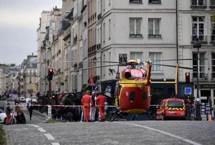 Le 3 octobre, sur l'île Saint-Louis, à Paris, un hélicoptère atterrit après l'attaque contre la Préfecture de police.