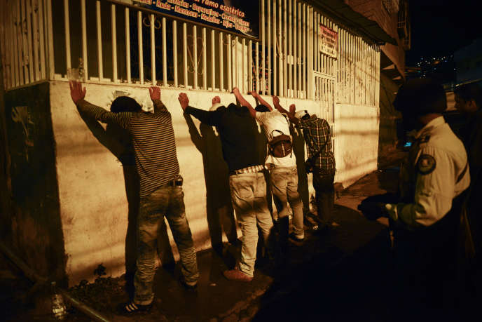 La police municipale de Caracas fait un contrôle de routine en 2012.