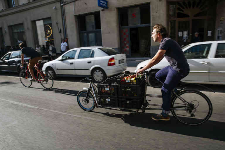 Hungary / Budapest / 09.19.2019  One day with the centraliens in Budapest. Gaillard Corentin is delivering the vegetables to the customers with a cargobike