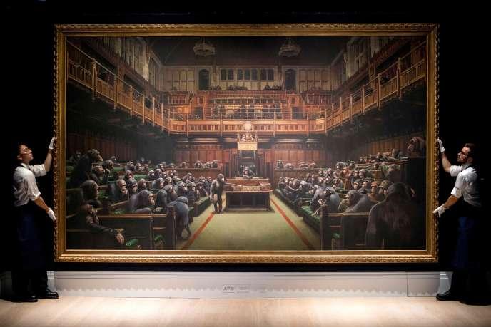 Présentation de l'œuvre intitulée «Devolved Parliament» de l'artiste britannique Banksy, lors d'une conférence de presse à Londres le 27septembre.
