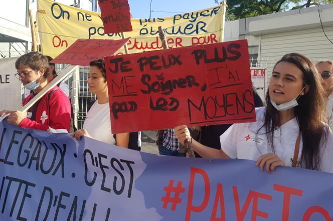 Manifestation d'étudiants infirmiers devant les conseils régionaux, le 23septembre.