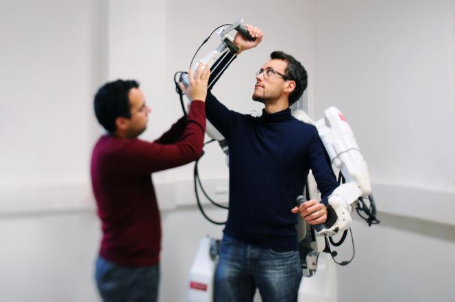 L'exosquelette commandé par la pensée, ici en cours de test à Clinatec (Grenoble).