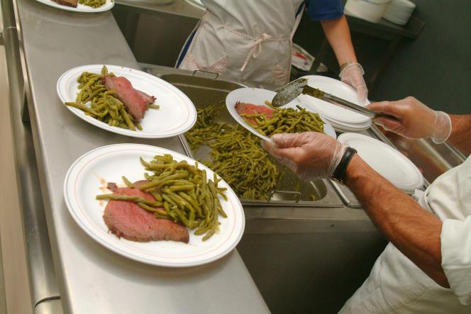 De la viande et des légumes servis en restauration collective.