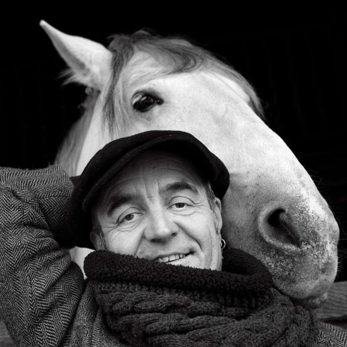 Le musicien Jean-Luc Thomas avec le cheval Misère au Théâtre équestre Zingaro au Fort d'Aubervilliers, en février 2019.