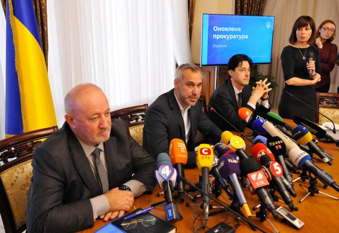 Rouslan Riabochapka (au centre), plus haut responsable du parquet ukrainien et récemment nommé par le président Zelensky, s'exprime devant la presse, vendredi4octobre.