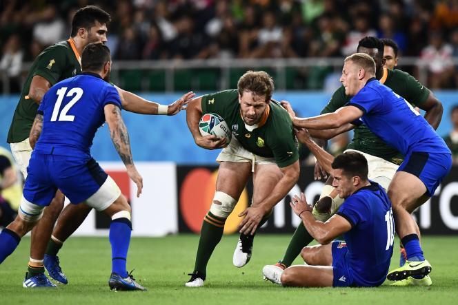 Le centre sud-africain Frans Steyn échappe aux plaquages des Italiens Tommaso Allan et Callum Braley lors de la rencontre entre ces deux équipes le 4 octobre.