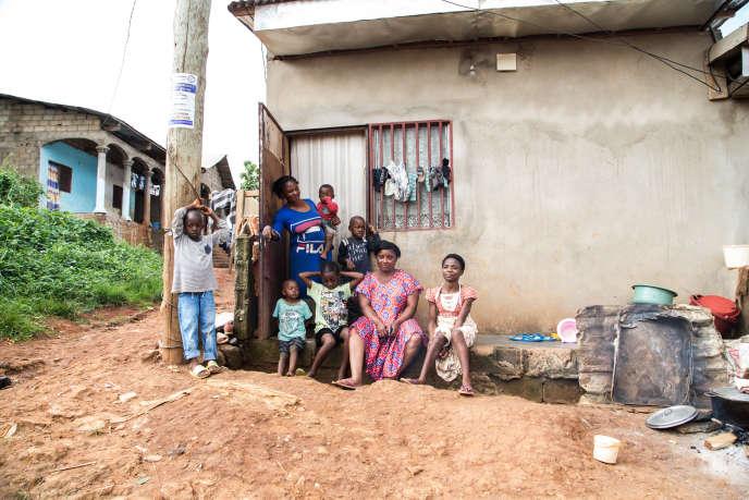 Une famille de déplacés de Batibo, dans la province anglophone du Nord-Ouest, à Yaoundé, le 1er octobre 2019.