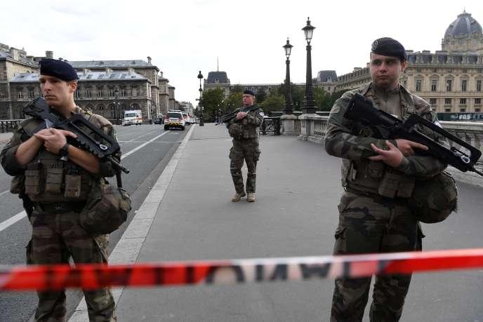 Des soldats français devant la Préfecture de police de Paris, le 3 octobre.