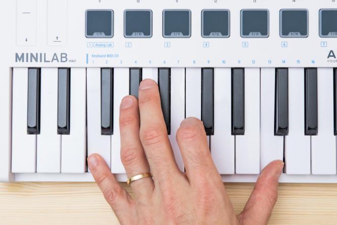 Grâce à son clavier réactif, l'Arturia permet de jouer facilement pour un modèle doté de mini-touches.