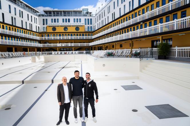 Le milliardaire Konstantin Grigorishin, qui a imaginé l'International Swimming League, Florent Manaudou et son entraîneur James Gibson, le 25 mars 2019, à la piscine Molitor de Paris.