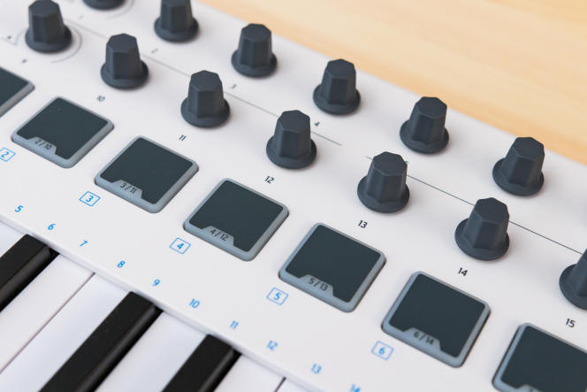 Les 16 boutons rotatifs de l'Arturia permettent de contrôler facilement les fonctionnalités des DAW (stations audionumériques) et des instruments logiciels.