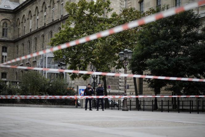 Devant la Préfecture de police après une attaque au couteau, le 3 octobre.
