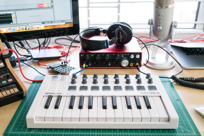 Avec les touches réactives et les 16 boutons rotatifs de l'Arturia MiniLab MkII, créer et modifier des rythmes et des mélodies est une expérience confortable et intuitive.