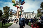 Jeff Koons, devant son « Bouquet of Tulips », à Paris, le 4 octobre.