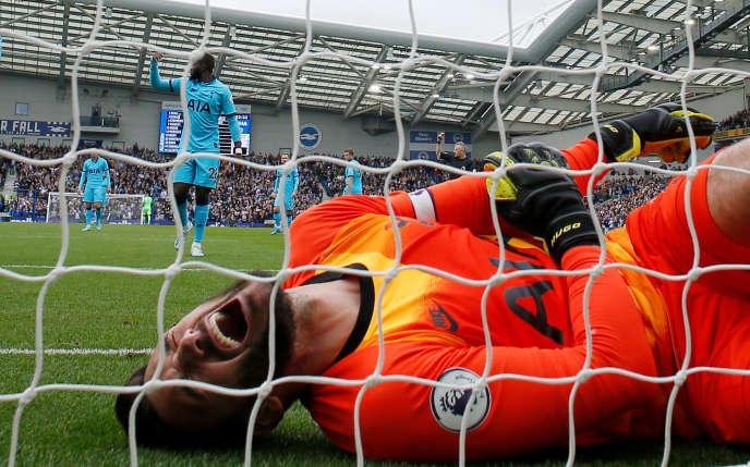 Hugo Lloris se tord de douleur après être mal retombé sur une intervention, à Brighton.