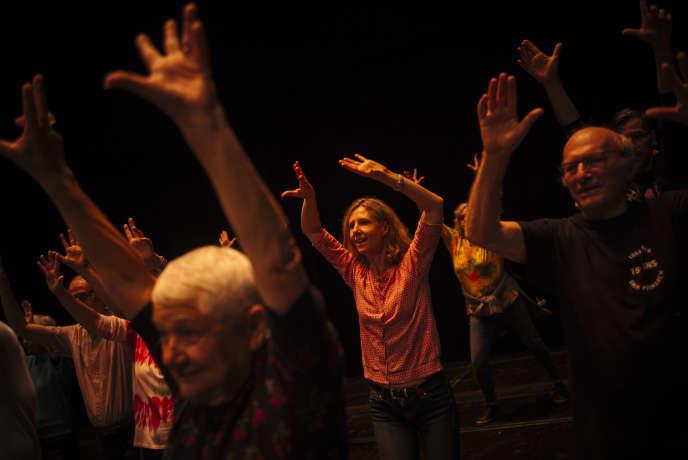 Les chorégraphes Chantal Loïal et José Montalvo font danser l'auditoire de l'Opéra Bastille, pendant Le Monde Festival à Paris, le 5 octobre.