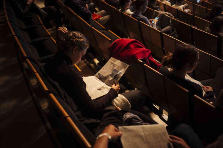 Une visiteur lit le journal à l'Opéra Bastille lors de la conférence «Le made in France : véritable politique ou slogan marketing ?», animée par Jean-Michel Bezat, avec Arnaud Montebourg et Agnès Pannier-Runacher, le 5 octobre.