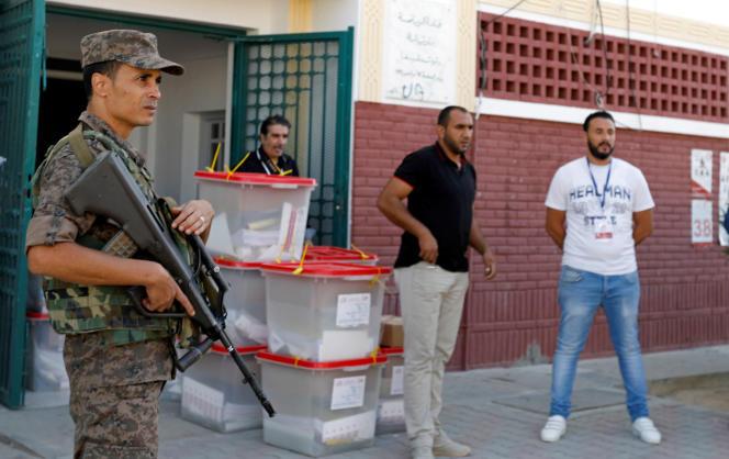 Un soldat surveille le transport des urnes pour les élections législatives de dimanche6octobre, à Tunis, le 5octobre.