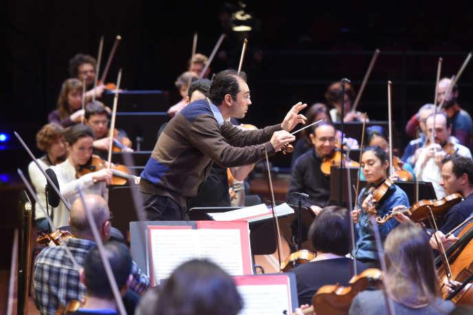 Tugan Sokhiev dirige l'Orchestre du Capitole de Toulouse, le 4 mars 2016.