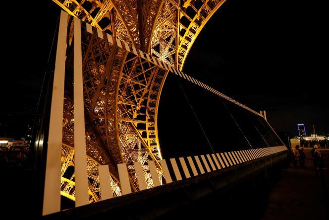 «Paris recadré », de DanielBuren, sur le parvis de la Tour Eiffel.