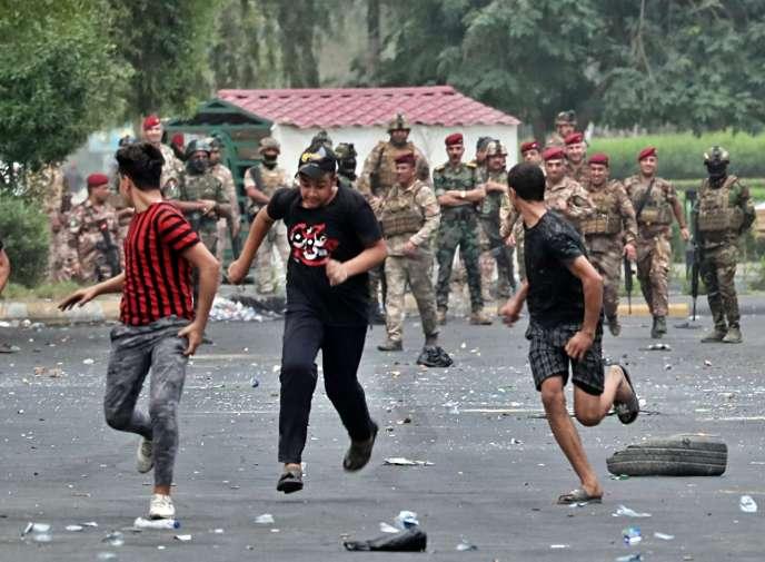 Les forces de sécurité irakiennes cherchent à évacuer les manifestants, à Bagdad, le 6 octobre.