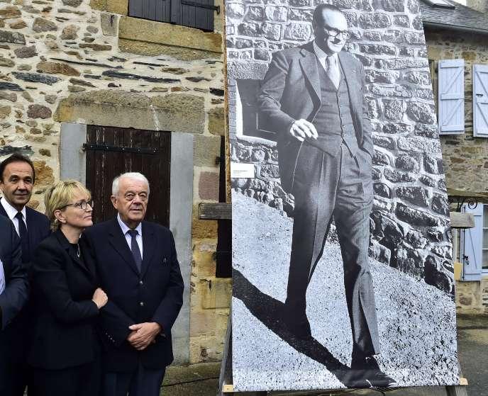Claude Chirac et son mari Frédéric Salat-Baroux, lors d'un hommage à Jacques Chirac à Sainte-Féréole en Corrèze, le 5 octobre.