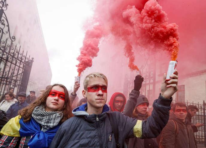 Des manifestants ukrainiens, dimanche 6 octobre, à Kiev.