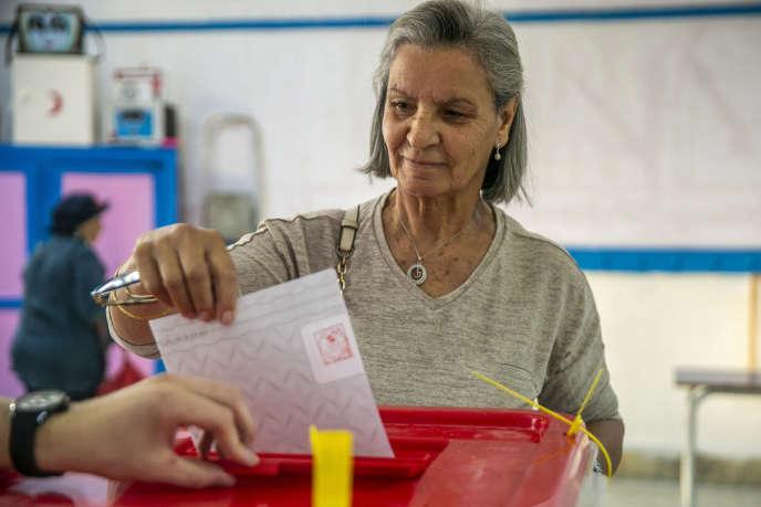 Une électrice vote à La Marsa, au nord de Tunis, dimanche 6 octobre pour les élections législatives.