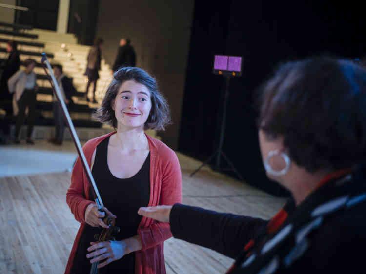 La violoniste Anna Göckel, avec Fabrice Midal, asuspendu l'amphithéâtre de l'Opéra Bastille dimanche6octobre le temps d'une séance de médiation collective. La conférence « Méditons ! » était animée par Marie Charrel dans le cadre du Monde Festival.