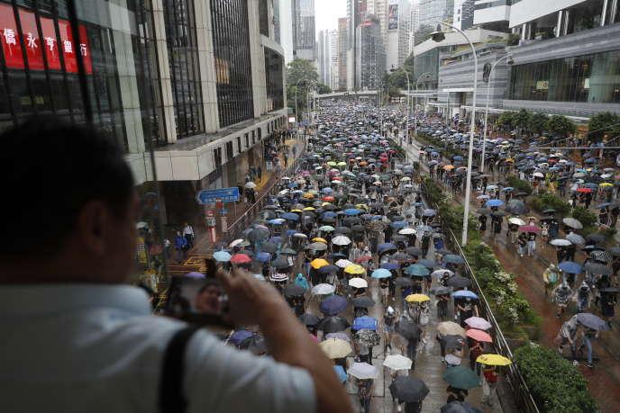 A Hongkong, des milliers de manifestants bravent l'interdit en défilant masqués