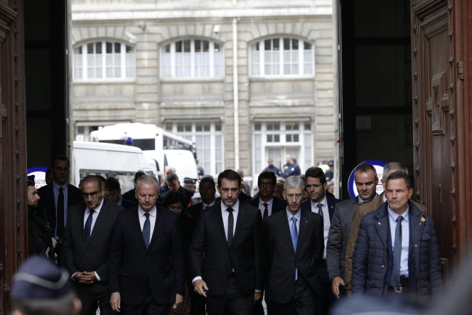 Christophe Castaner (au centre) et le préfet de police Didier Lallement (deuxième à droite) quittent la Préfecture de police de Paris, jeudi 3 octobre, après l'attaque meurtrière qui a fait quatre morts.