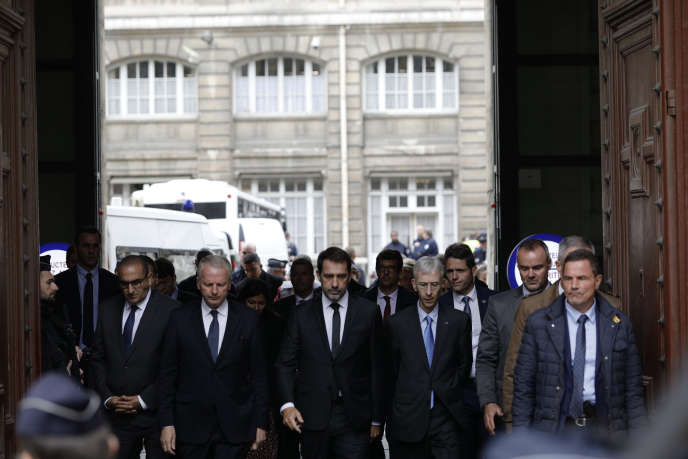 Christophe Castaner (au centre) et le préfet de police de Paris, Didier Lallement (à sa gauche), sur les lieux de la tuerie, le 3 octobre.
