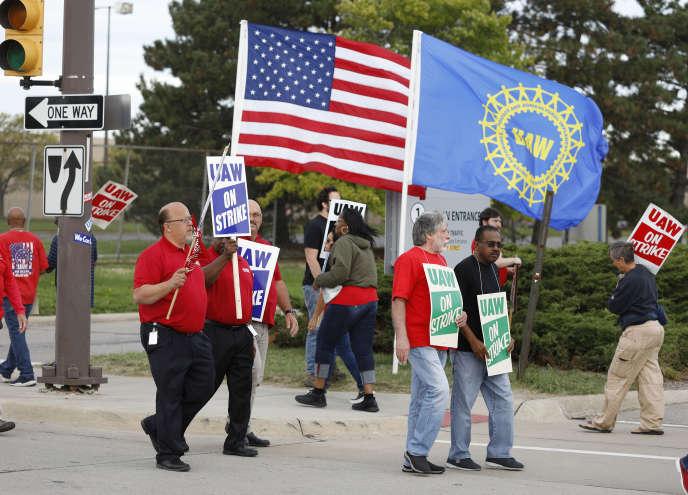 Des salariés de General Motors, syndiqués à l'UAW, manifestent devant l'usine de Détroit, le 25 septembre.