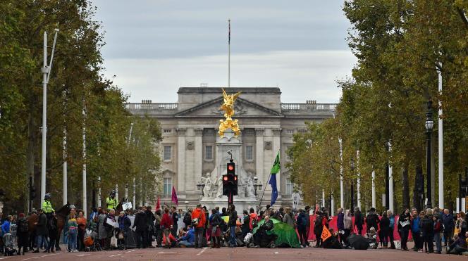Des militants du mouvement Extinction Rebellion manifestent près du palais de Buckingham, au centre de Londres, le 7 octobre 2019.