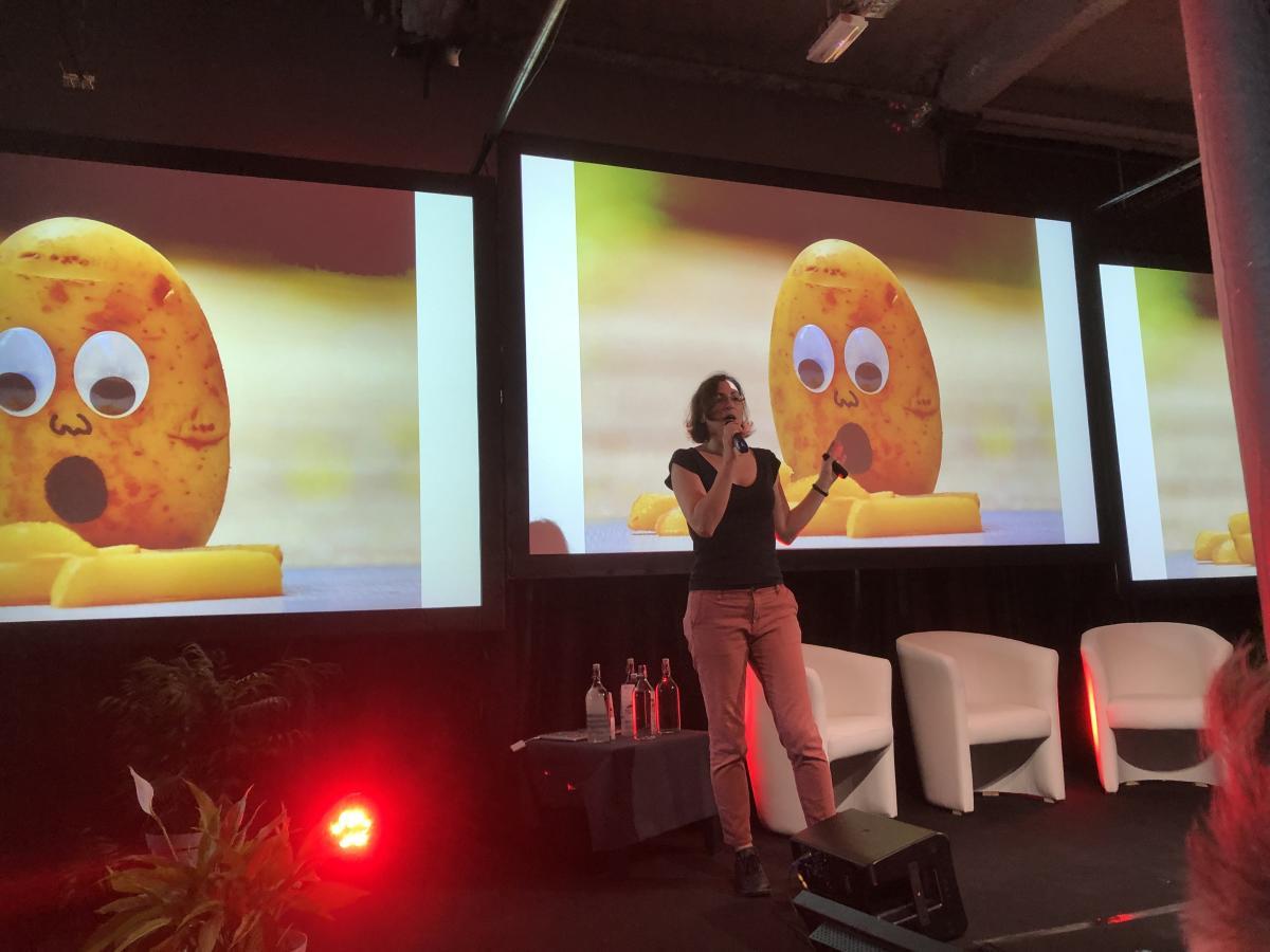 Celia Hodent, organisatrice du Game UX Summit, accueille les participants à sa première édition à Tourcoing, dans le Nord.
