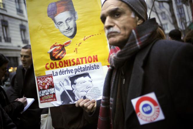 Des personnes manifestent, le 22 janvier 2010 devant la préfecture de Lyon, lors de la venue du ministre de l'immigration, de l'intégration, de l'identité nationale et du développement solidaire Eric Besson, dans le cadre du débat sur l'identité nationale.