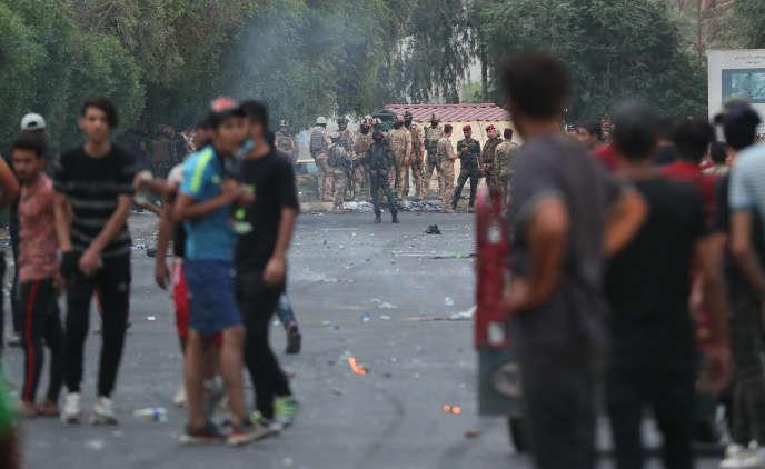 Les forces de l'ordre irakiennes bloquent l'accès au lieu de manifestation à Bagdad, le 6octobre.