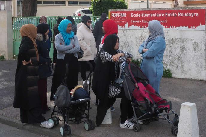 Des membres du collectif 66 des mamans en colère devant l'école Emile-Roudayre à Perpignan, le 28 mai.