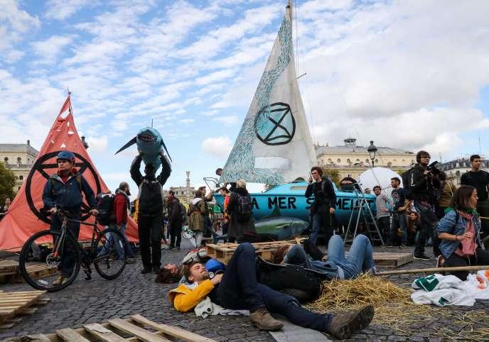 Des manifestants bloquent le pont au Change, à Paris, lors d'une action organisée par le mouvement Extinction Rebellion, le 7octobre2019.