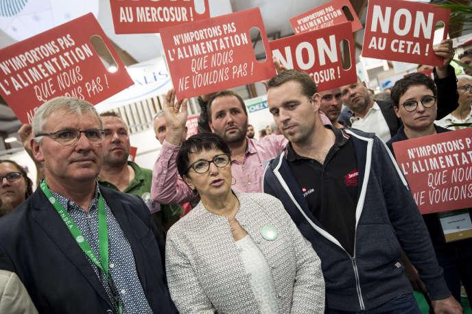 Au centre, Christiane Lambert, présidente de la FNSEA, à Bruz (Ille-et-Vilaine), lors d'une manifestation contre le CETA, le 10 septembre.