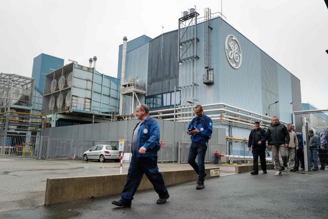 Des employés de General Electric (GE) se rendent à une assemblée générale intersyndicale à Belfort, le 7 octobre.