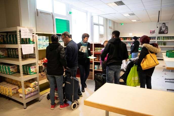 Des volontaires des Restos du cœur dans un centre de distribution de repas à Paris, le 7octobre.