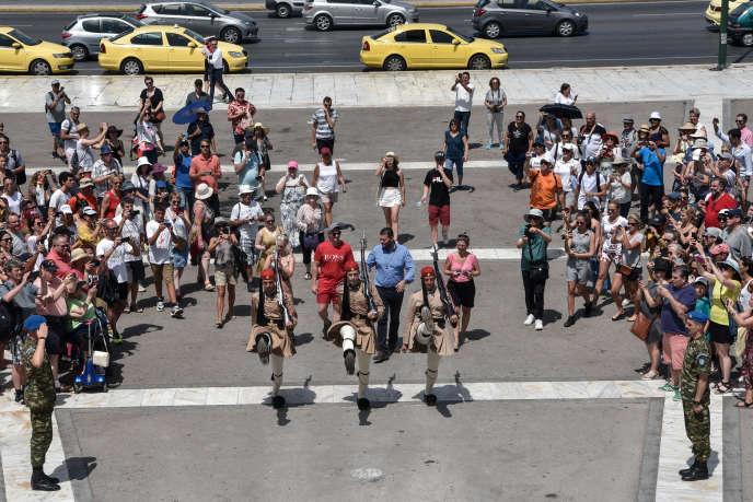 Le « ballet » des gardes du Parlement d'Athènes, sous les yeux des touristes, le 10 juillet.